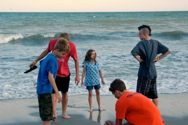 beach picnic cousins_2